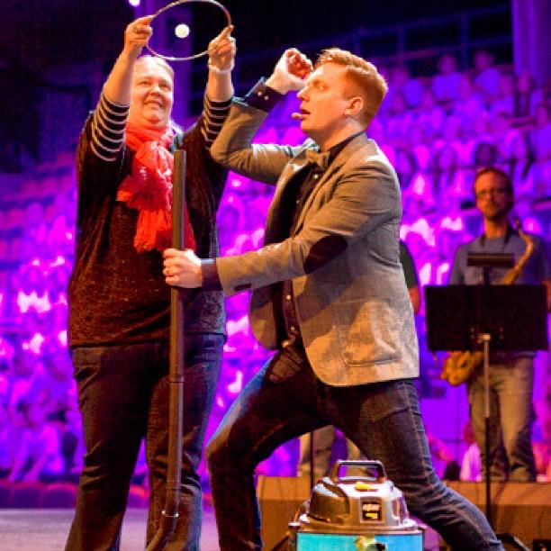 Här trollar jag med en dammsugare på scen. Foto: Jakob Rempe.