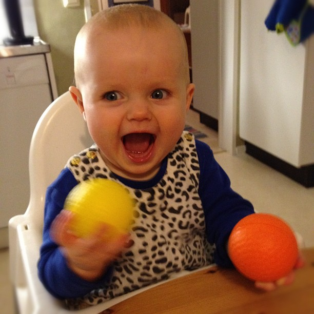 Viola jonglerar. Nu med två.