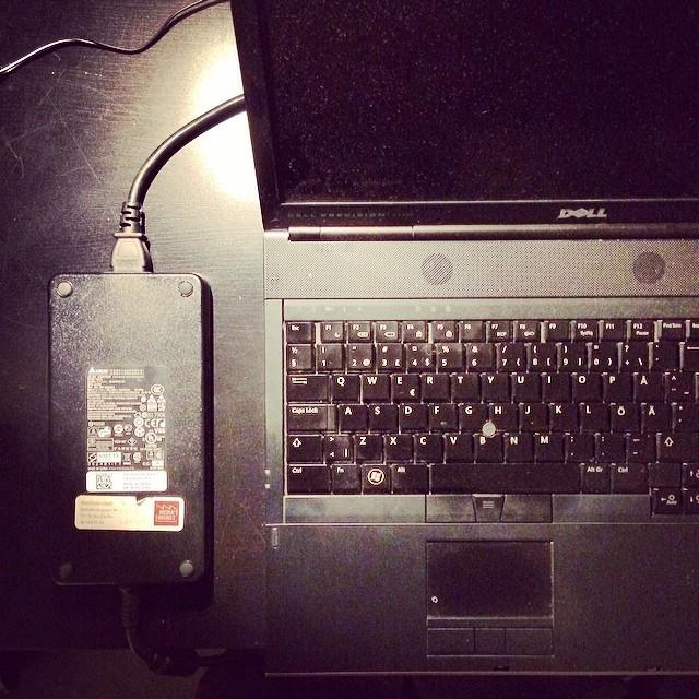 Titta min nya PC med sjukt liten strömadapter. Så himla smidig!