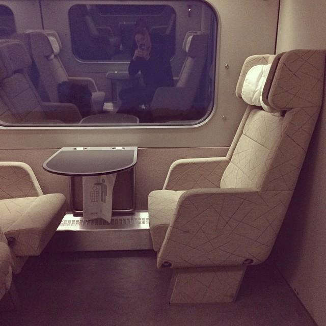 Jag åker tåg. I SJUKT stora säten. Själv. Trevlig fredag på Er!